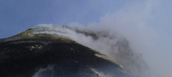 Schwefeldämpfe am Krater