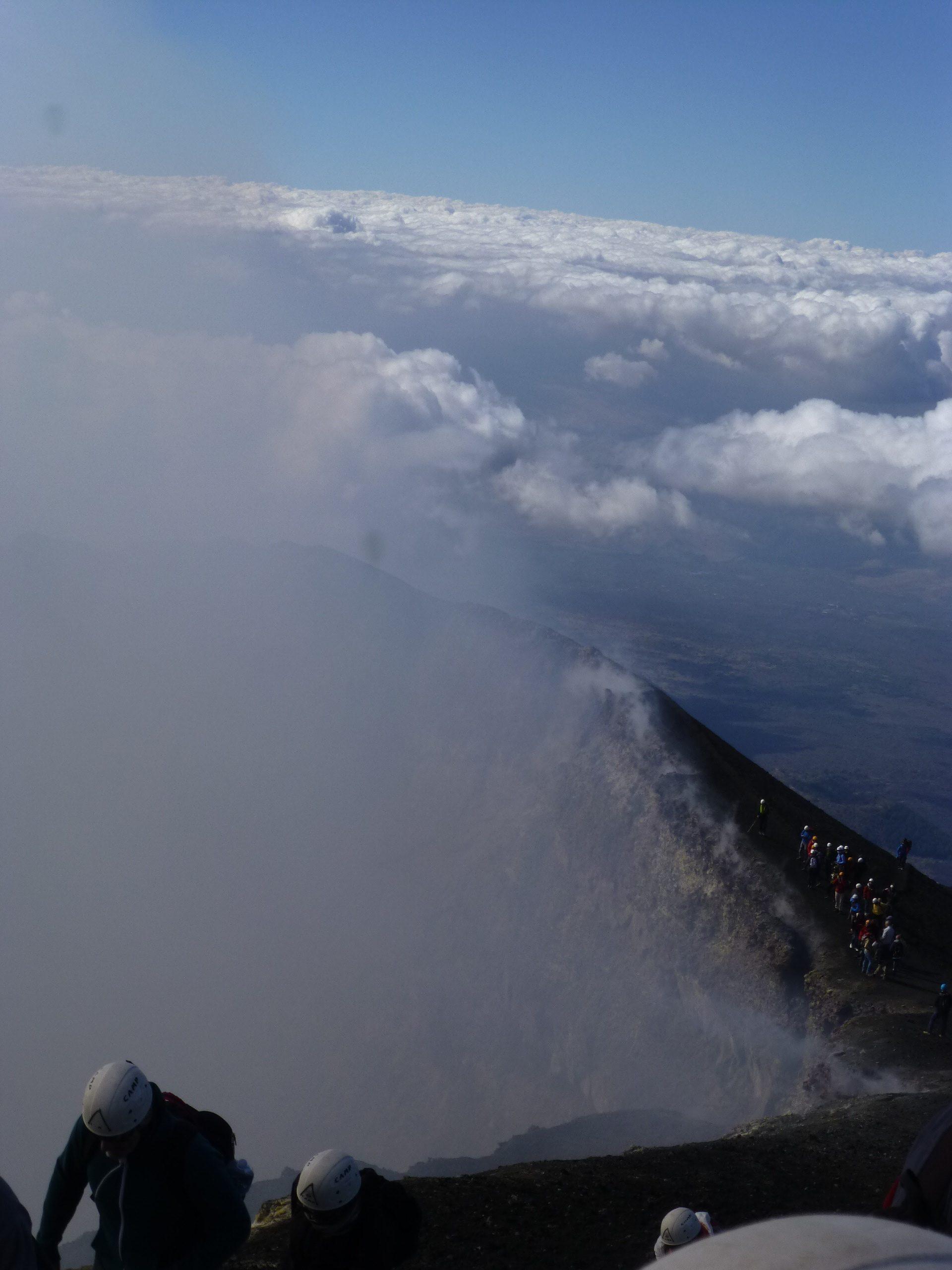 Am Randes des Kraters des Ätnas